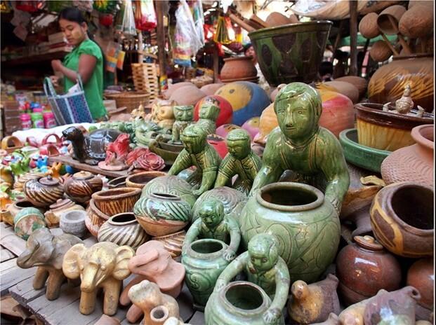 A souvenir shop in Nyang U market